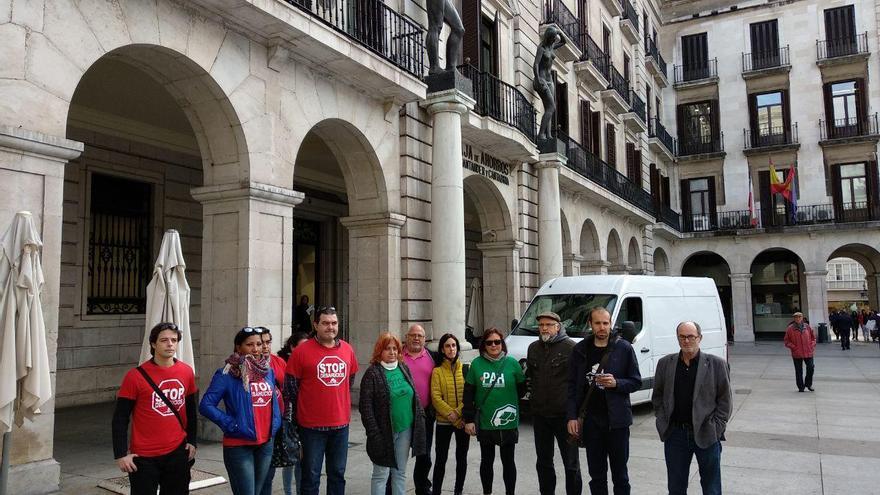Integrantes de la PAH y de Stop Desahucios frente a Liberbank en Santander.   R.A.