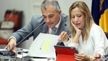 La consejera de Hacienda del Gobierno de Canarias, Rosa Dávila, y el viceconsejero de Hacienda y Planificación, Javier Armas