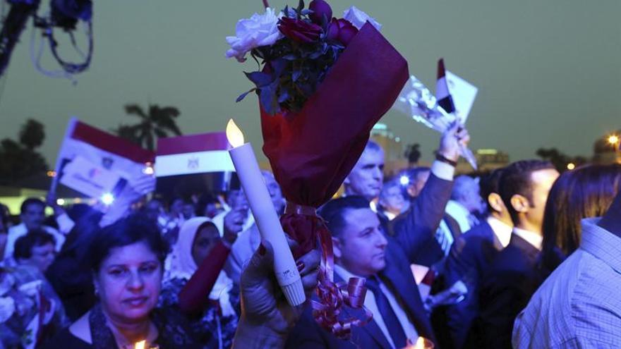 Decenas de personas marchan en homenaje a las víctimas del avión de Egyptair