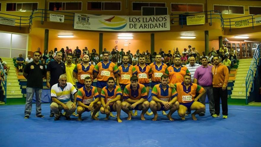 En la Luchada Institucional participan un total de 24 luchadores del Club Aridane y del Club Unión Sur Yaiza de Lanzarote. Foto: Zebensui Melián.