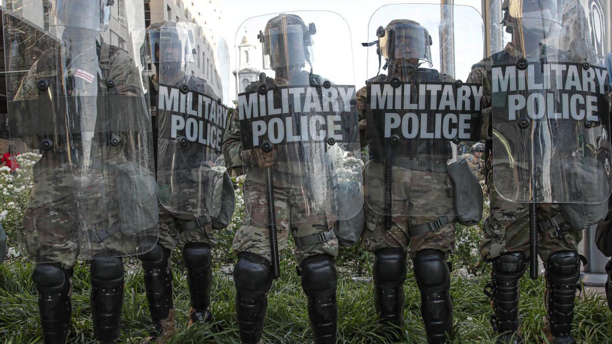 Policía militar bloquea el paso a los manifestantes en las protestas contra el racismo del pasado verano.