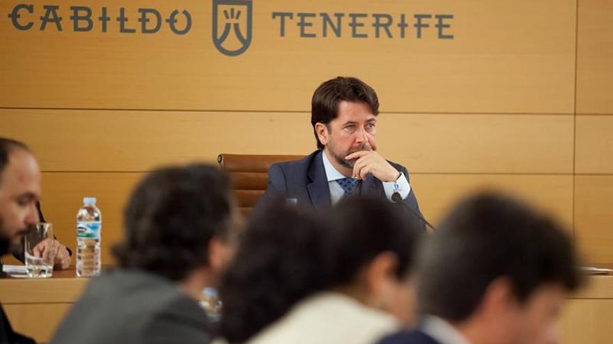 El presidente del Cabildo de Tenerife, Carlos Alonso, durante el Pleno celebrado este viernes | Ramón de la Rocha/EFE