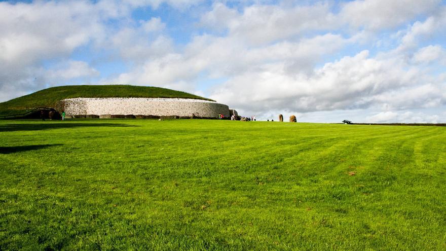 El gran túmulo de Newgrange, la más famosa tumba megalítica de Irlanda. VIAJAR AHORA