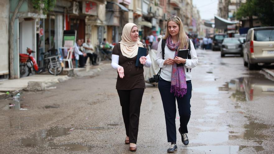 Raquel Martí conversa en Homs con Ghada, una palestina que perdió a siete miembros de su familia en un naufragio. / Foto cedida:Taghreed Mohammad.