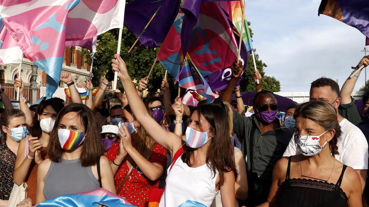 Irene Montero, en el centro junto a Yolanda Díaz, durante la marcha del Orgullo LGTBI..