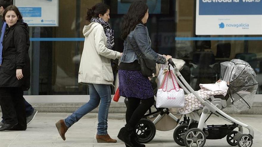 Las mujeres se ven penalizadas en el mercado laboral tras la maternidad, según un informe del Banco de España