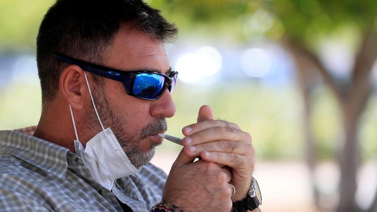 Un fumador se enciende un cigarrillo en un parque madrileño este jueves. EFE/Fernando Alvarado