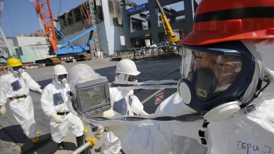 El primer ministro japonés visita la central nuclear de Fukushima