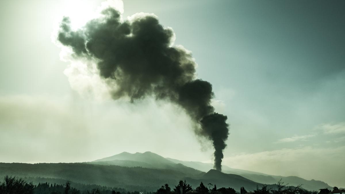 Nube de cenizas y material expulsado por el volcán de La Palma