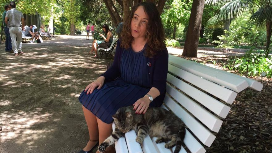 La concejala de Bienestar Animal, Gloria Tello, con uno de los gatos de la colonia del Jardín Botánico