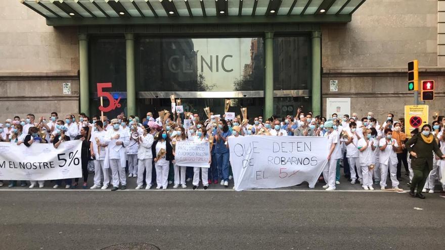 Concentración del personal del hospital Clínic de Barcelona para pedir la devolución del 5% del salario.