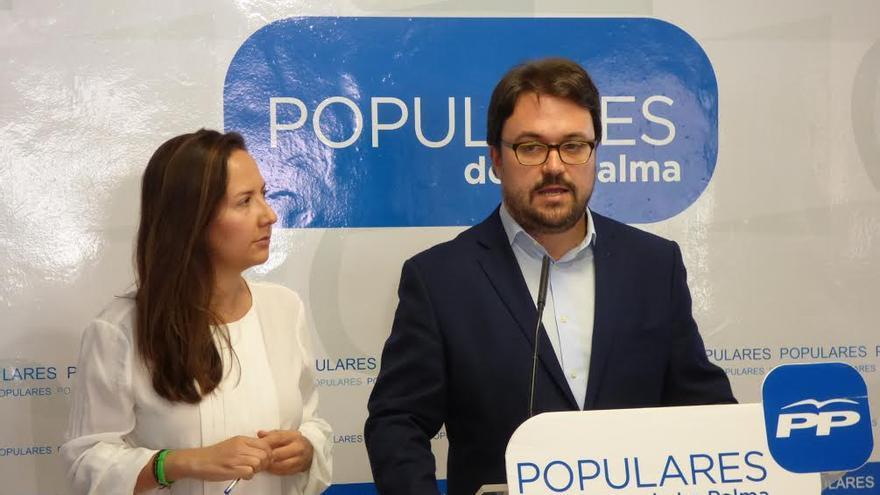 El presidente del grupo Parlamentario Popular, Asier Antona, y de la diputada  palmera Lorena Hernández Labrador.