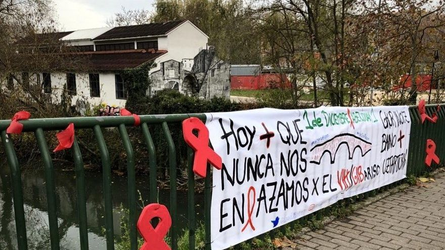 Las entidades que luchan contra el VIH hacen un llamamiento a la población a que coloque un lazo rojo en el Puente de Curtidores, durante el mes de diciembre.