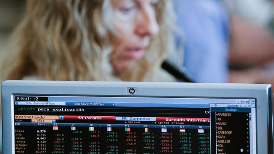 España vuelve a cobrar a los inversores por las letras, aunque algo menos