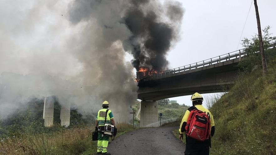Muere el conductor de un camión tras incendiarse la cabina y caer por el puente de Ontón