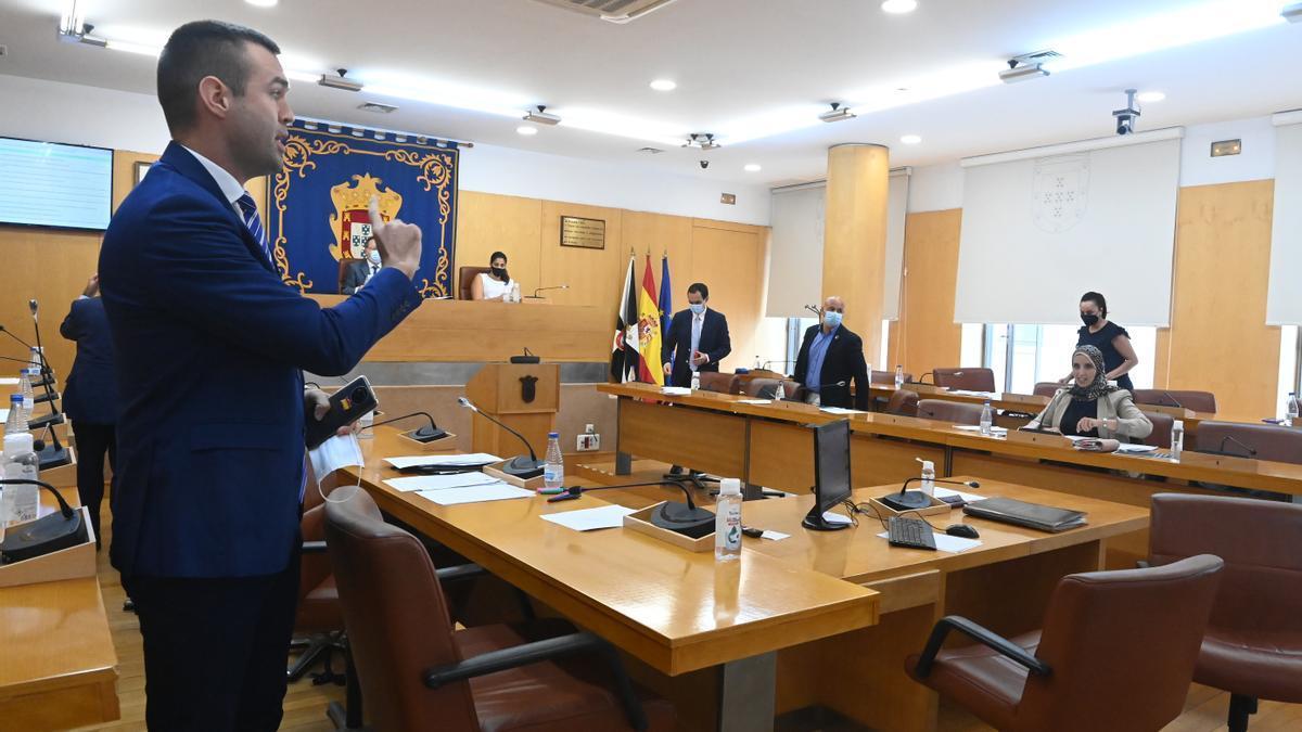 El diputado de Vox en la Asamblea de Ceuta Carlos Verdejo frente a Fátima Hamed.