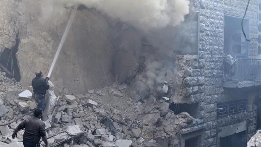 Prosiguen los intensos bombardeos aéreos a barrios de la oposición en Alepo