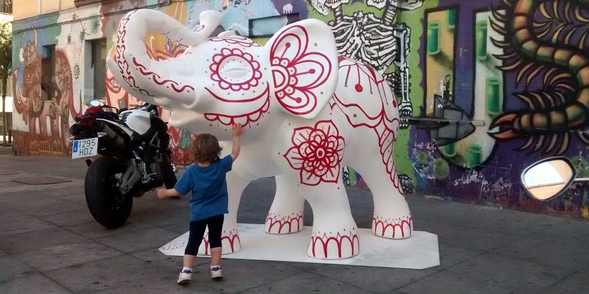 Detalle del elefante blanco instalado en Juan Pujol | SOMOS MALASAÑA