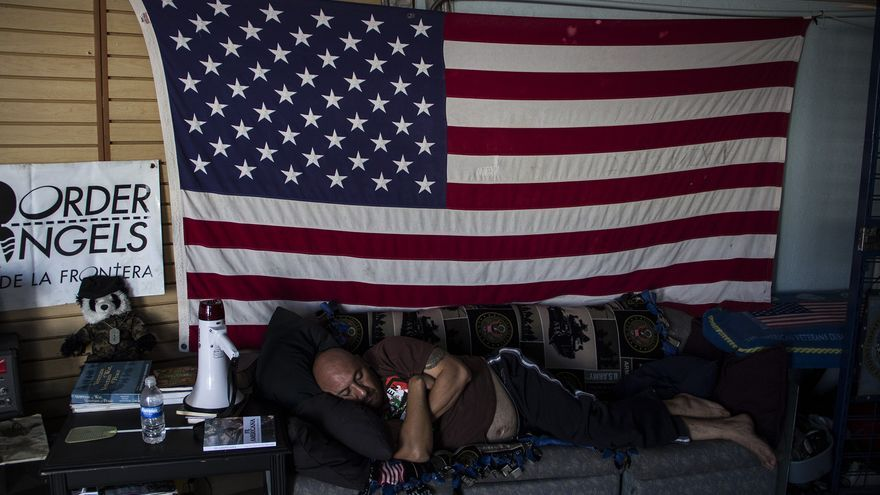Héctor Barajas descansa en el Búnker, refugio para veteranos del ejército estadounidense deportados en Tijuana/ Foto: J.P. Martínez.