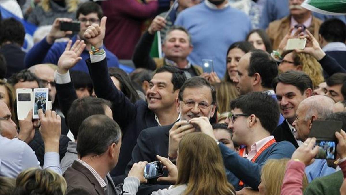 El candidato del PP en las elecciones de 2018 -hoy presidente andaluz- Juanma Moreno, junto al ex presidente del Gobierno, Mariano Rajoy.