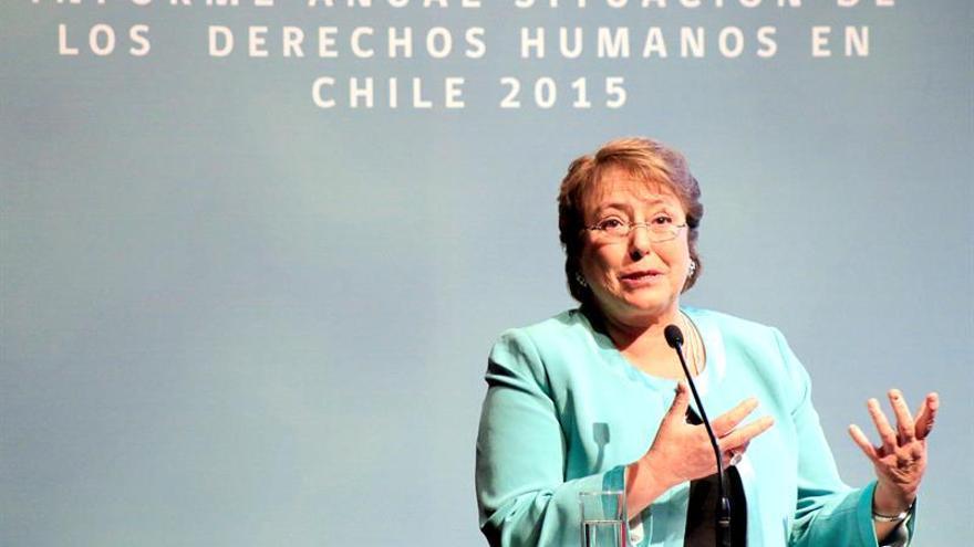 La desaprobación a Bachelet sube 4 puntos porcentuales, al 65 %, según una encuesta