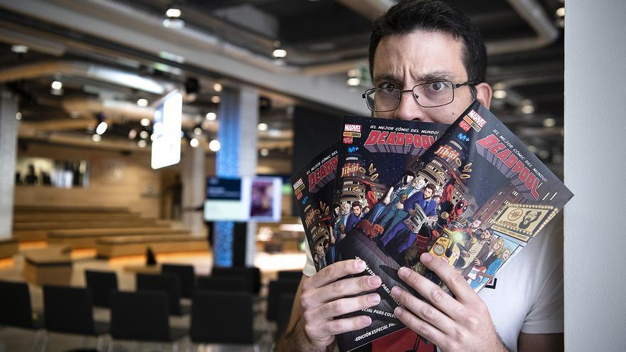 Salva Espín junto al cómic de Deadpool ambientado en el programa de La Resistencia