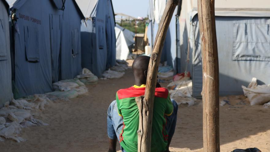 Uno de los niños que tuvo que desplazarse a la comunidad de Saint Louis Khar Yalla, Senegal, después de que la subida del nivel del mar destruyera su hogar y el de 54 familias más.