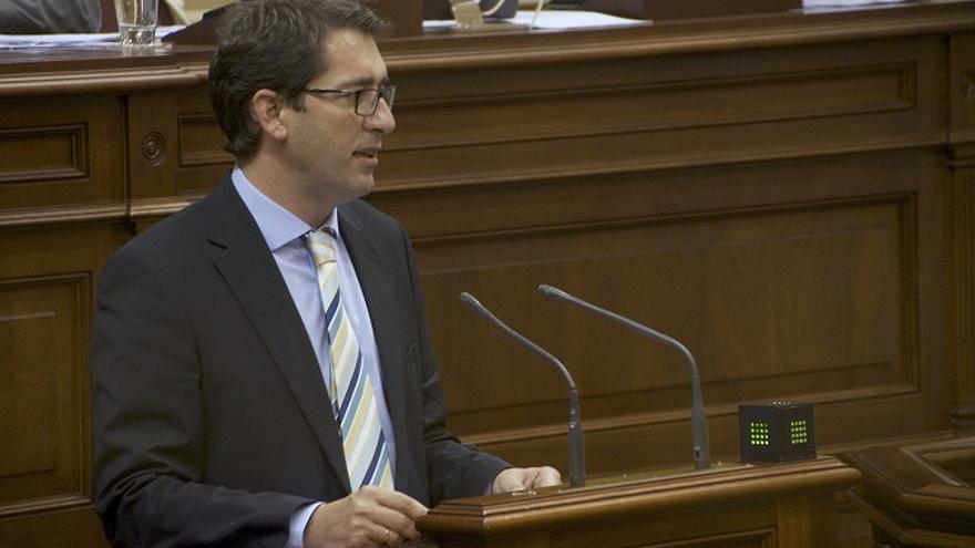 José Ignacio Lavandera durante una sesión plenaria del Parlamento de Canarias.