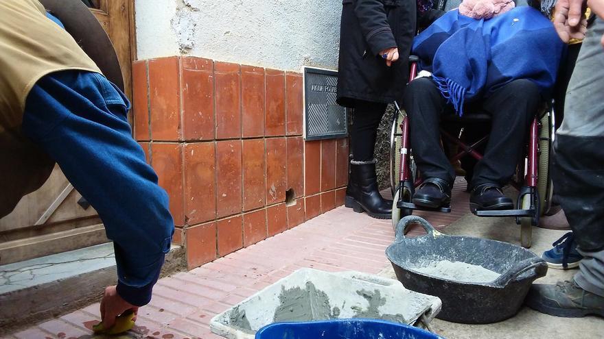 Neus Català mientras colocaban su adoquín de la memoria /Jesús Rodríguez
