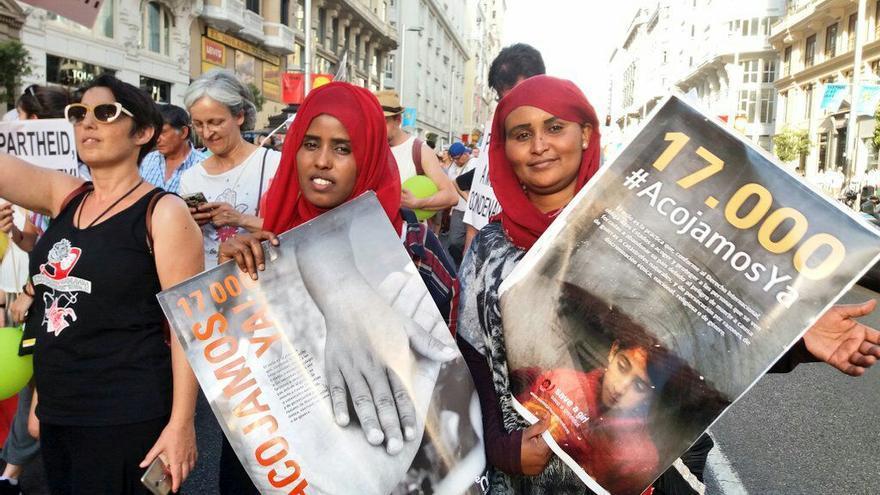Naimo camina junto con otra compañera somalí en la manifestación por la acogida de los refugiados.