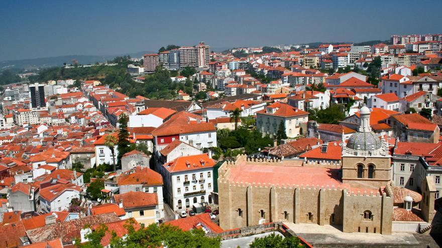 Desde las alturas de la Universidad, la Catedral se recorta entre los tejados rojos de la 'Almedina' de Coímbra.