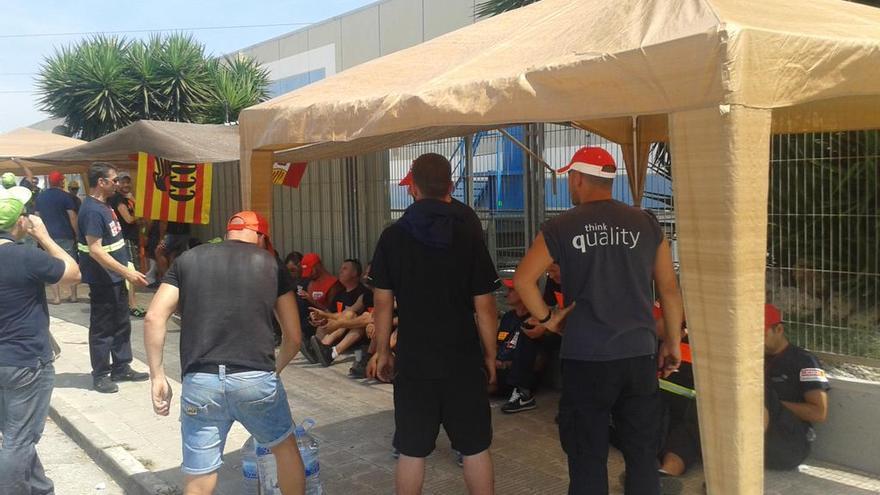 Los trabajadores de Jhonson Controls durante la concentración frente a la sede de la empresa