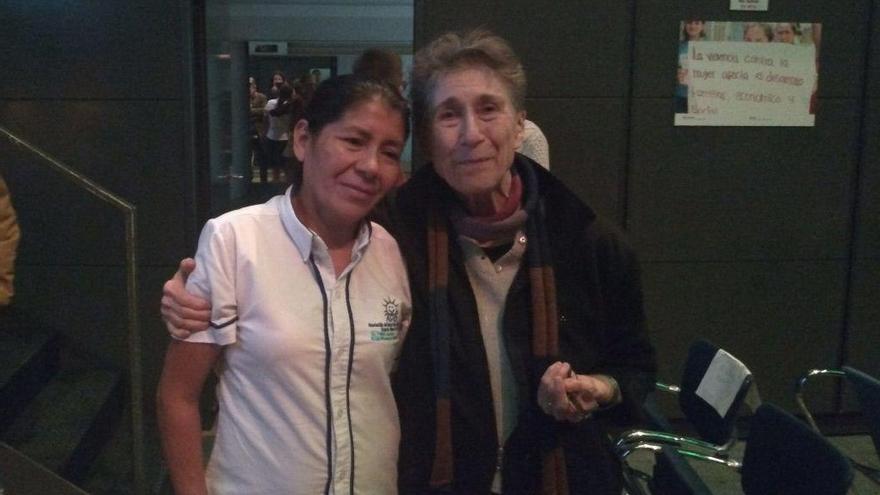 Vidalina Morales (izda) junto a Silvia Federici, en Bilbao.
