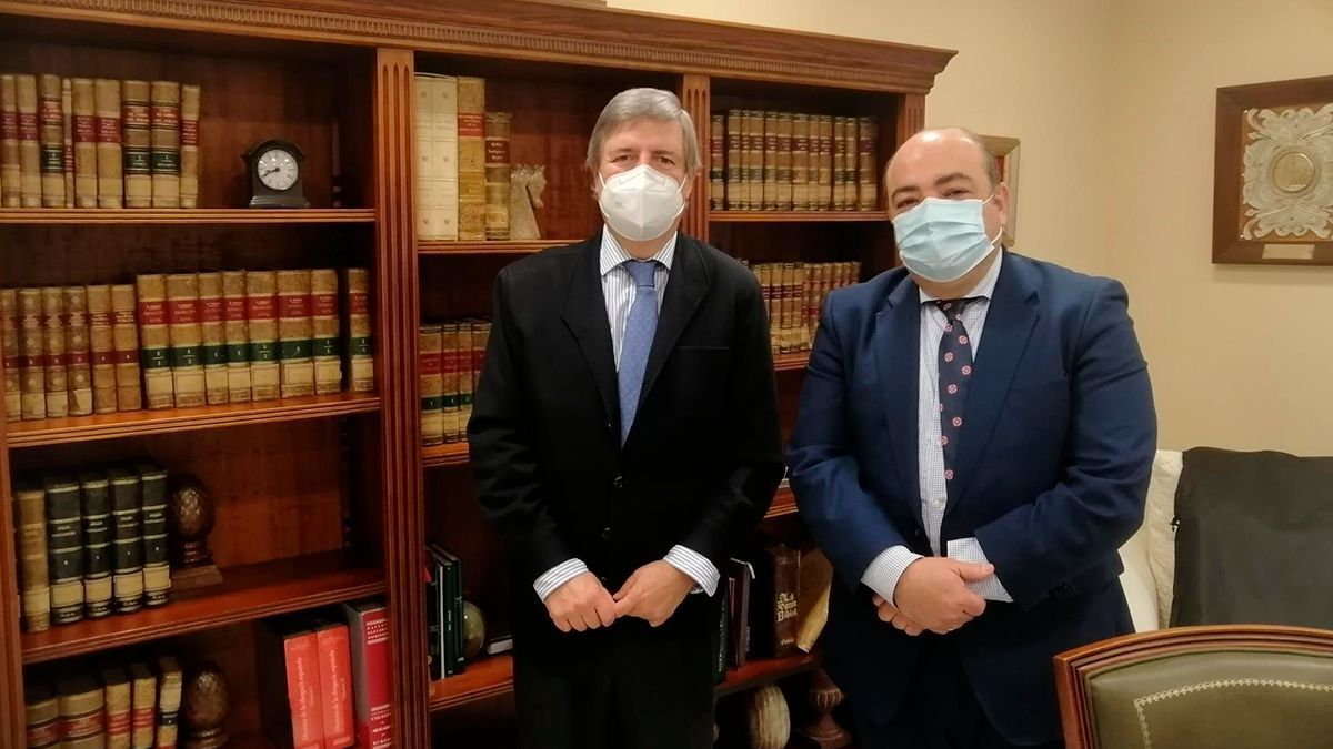 El decano del Colegio de Abogados de Córdoba, José Luis Garrido, se reúne con el fiscal jefe de la provincia, Fernando Sobrón, tras su reciente nombramiento.