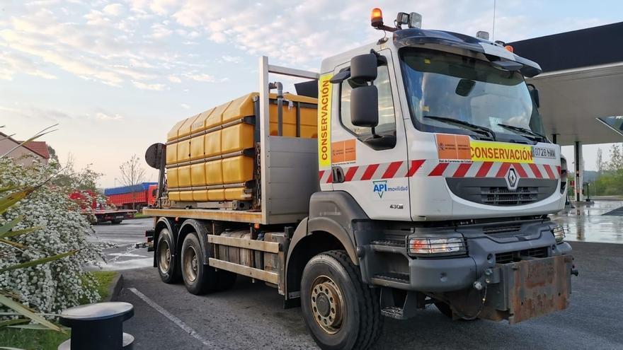 Carreteras usará los camiones de salmuera para desinfectar 34 estaciones de servicio en Cantabria
