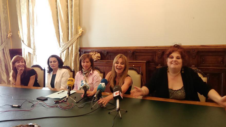 Rueda de prensa de las actrices con la edil de Cultura de Santiago