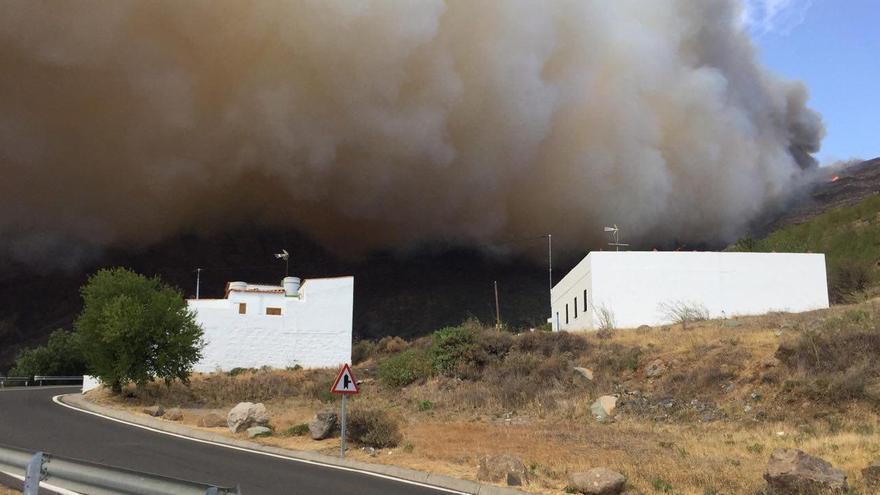 El incendio en Valleseco visto desde San Mateo.