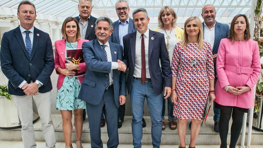 Revilla y Zuloaga junto a los equipos negociadores del acuerdo por parte del PRC y el PSOE.
