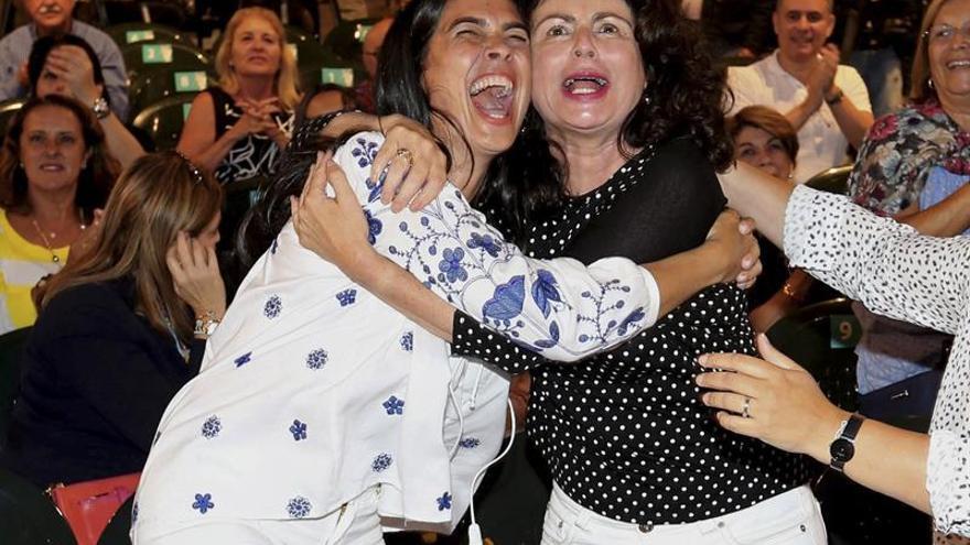 La cabeza de lista del PP por Las Palmas, María del Carmen Hernández Bento (i), y la candidata Matilde Asián (d) celebran los resultados en las elecciones.