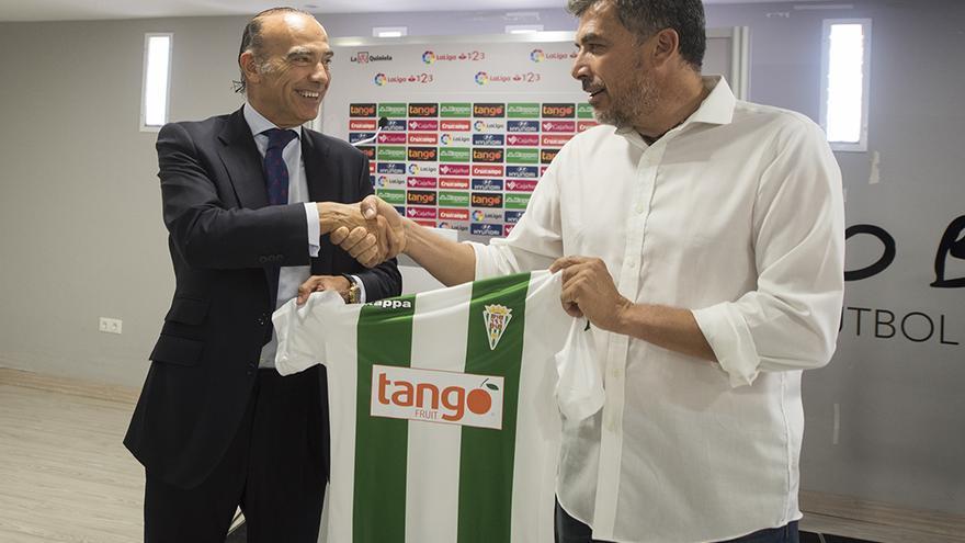 Luis Oliver estrecha la mano a Juan Marrero, nuevo entrenador del Córdoba B   TONI BLANCO