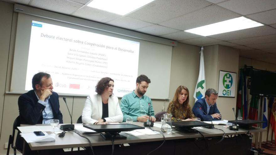De izquierda a derecha: Alberto Reyero Zubiri (Ciudadanos), Sara Vilà Galán (Unidas Podemos), Juan Luis Sánchez (eldiario.es), Belén Fernández Casero (PSOE) y  Miguel Ángel Panigua (PP).