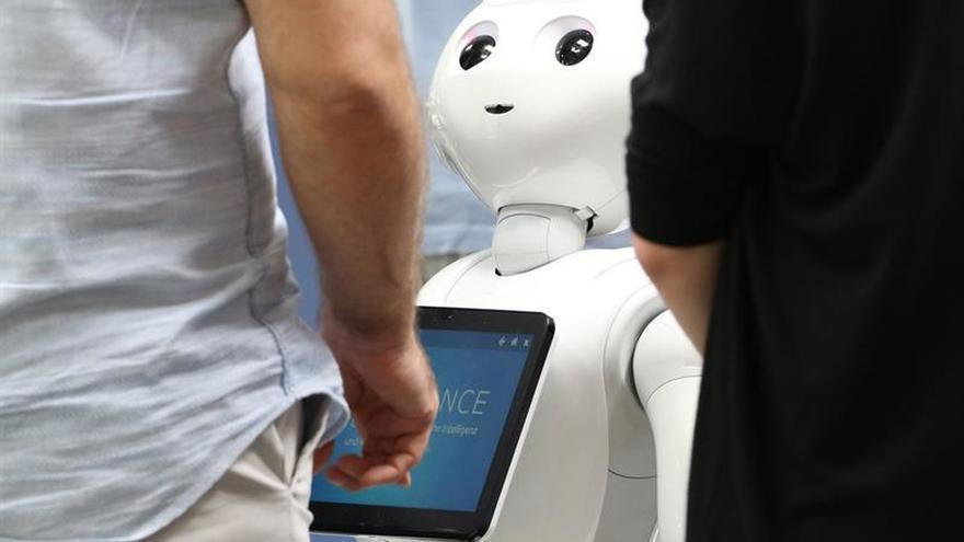 Gobierno japonés introducirá robots con IA en aulas para mejorar el inglés