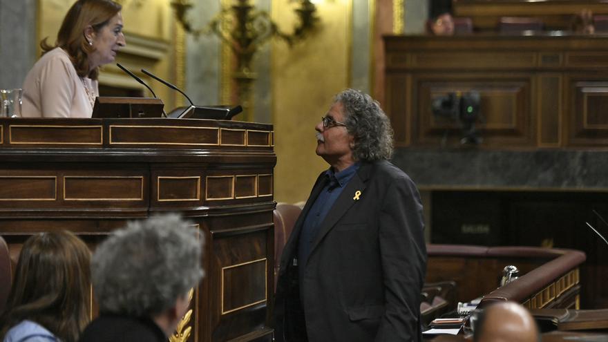 La presidenta del Congreso de los Diputados, Ana Pastor, y el portavoz de Esquerra Republicana, Joan Tardà, antes de la intervención de este último en un debate de diciembre de 2018