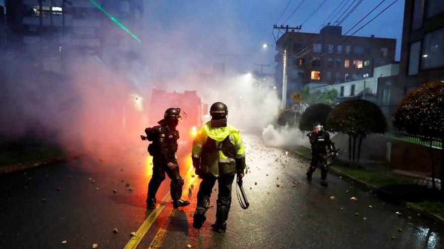 La Policía agrede a dos periodistas y a joven durante protestas en Bogotá