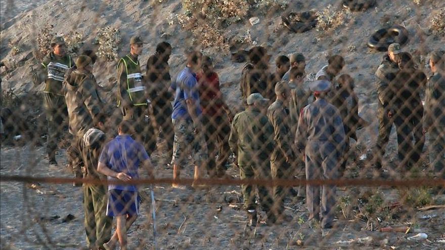Unos 30 inmigrantes intentan asaltar la frontera de Ceuta a la carrera