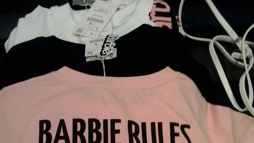 """""""Barbie rules"""", camiseta comercializada en Zara"""
