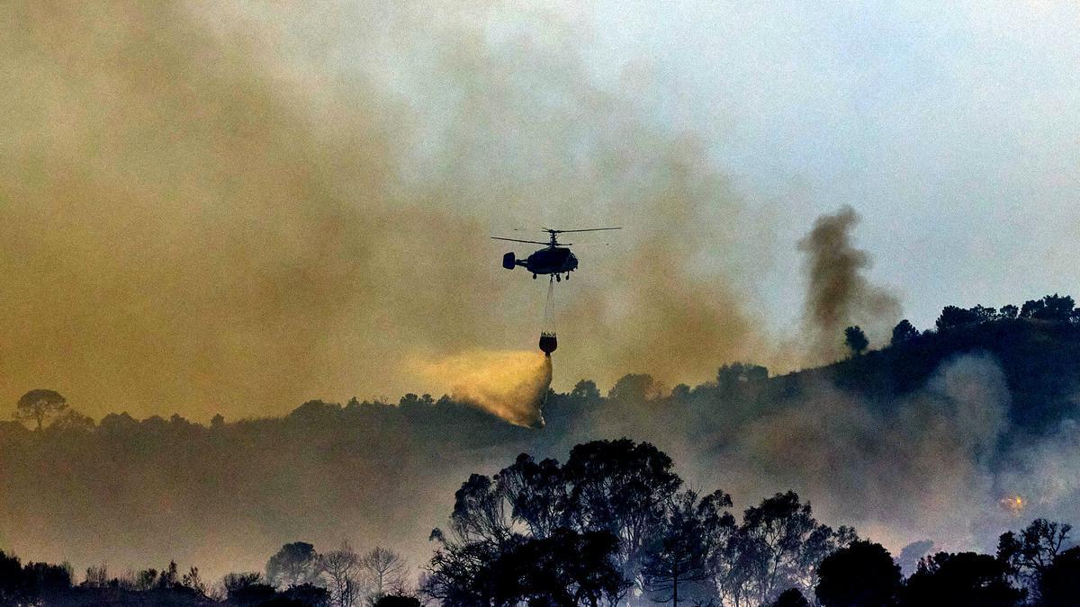 Un helicóptero lucha contra las llamas en Sierra Bermeja, Málaga