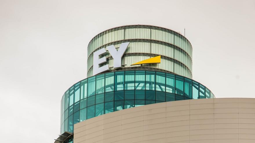 EY 'corona' la Torre Azca de Madrid con la instalación de su logo
