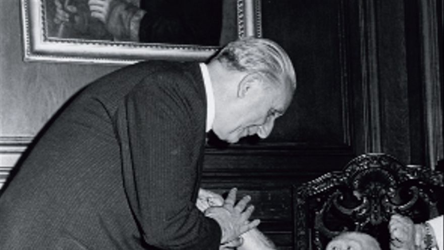 Tras matar a su madre en Guinea Ecuatorial y ser trasladado a Barcelona, Copito de Nieve es recibido en su despacho por el alcalde Josep Maria de Porcioles en 1967