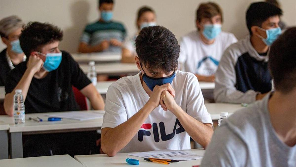 Alumnos con mascarillas en un aula de un centro docente
